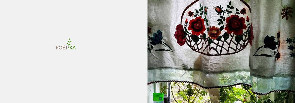 На белой скатерти черничное варенье
